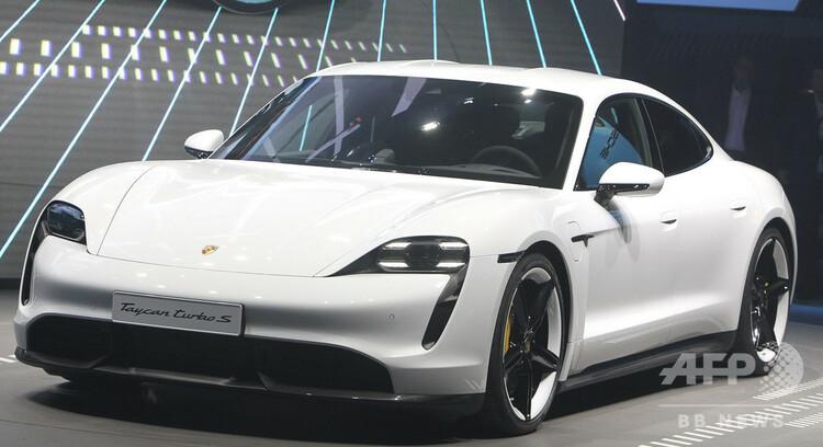 ポルシェ初の完全電気自動車「タイカン」。独フランクフルトアムマインで(2019年9月10日撮影)。(c)Daniel ROLAND / AFP