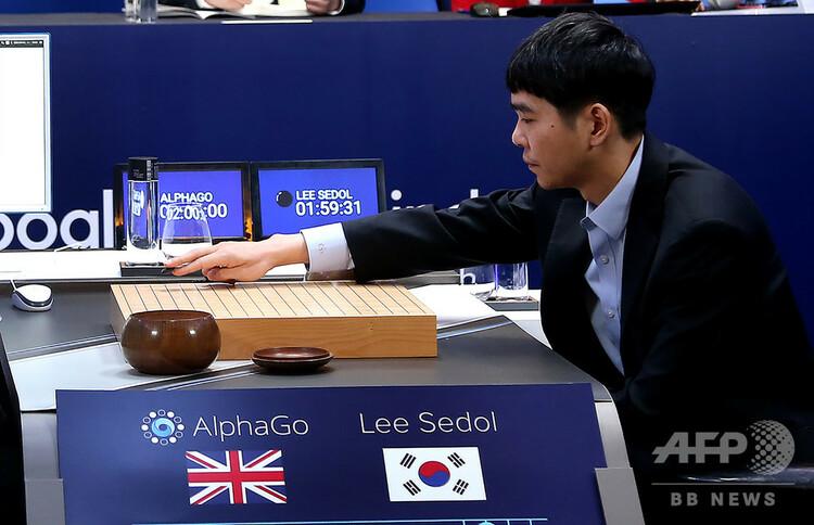 韓国の首都ソウルのホテルで、グーグル傘下のベンチャーが開発した「アルファ碁」との対局に臨むプロ囲碁棋士の李世ドル氏(2016年3月12日提供)。(c)AFP/GOOGLE DEEPMIND