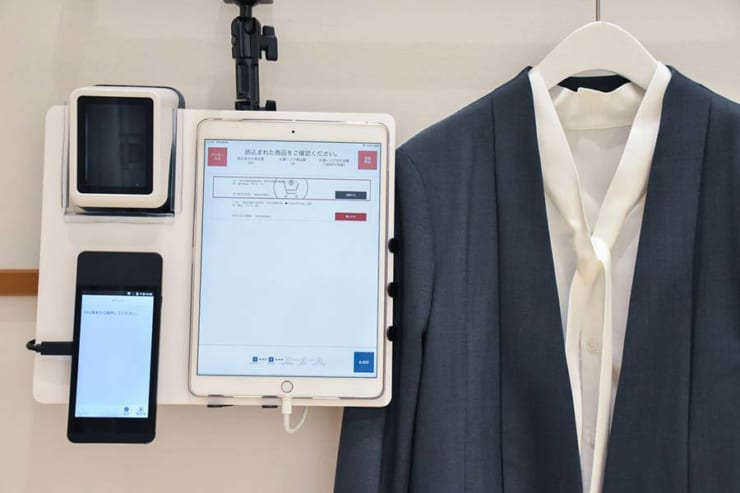 試着室内にはセルフ決済ができる端末が備えられている(提供元:NTTデータ、ユナイテッドアローズ)q