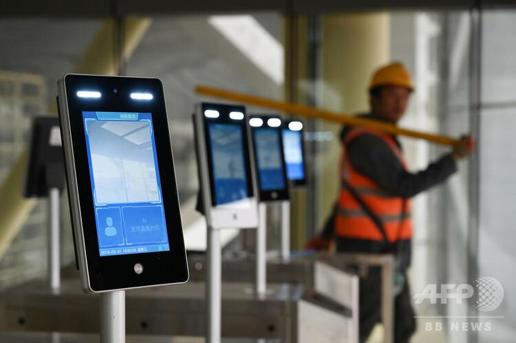 中国・北京大興国際空港のターミナルビルの入り口に設置された顔認証装置(2019年3月1日撮影)。(c)GREG BAKER / AFP