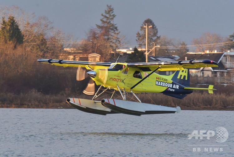カナダのバンクーバー国際空港近くを流れるフレーザー川で行われた世界初の完全電動商用機の試験飛行(2019年12月10日撮影)。(c)Don MacKinnon / AFP