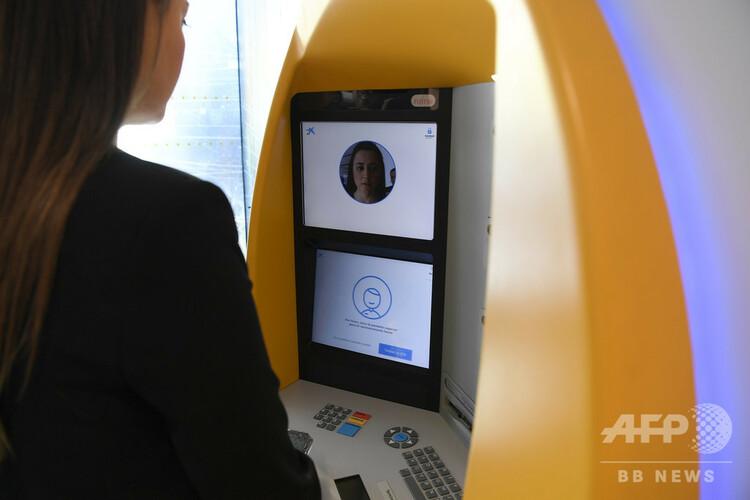 スペイン・バルセロナのATMで顔認証システムを利用する女性(2019年2月14日撮影、資料写真)。(c)LLUIS GENE / AFP
