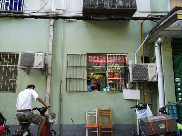 家賃高騰の時代、個人の商売で目立つのが、道路に面した住宅の窓を活用した「窓ストア」。商品や代金のやりとりは全て窓越しで、客は店内に入らないのが基本。