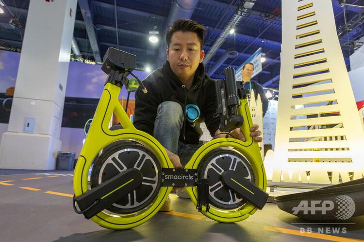 「国際コンシューマー・エレクトロニクス・ショー」に出展された、スマサークルの「スマサークル S1」。折り畳み、持ち運びが可能な電動自転車。米ネバダ州ラスベガスで(2020年1月7日撮影)。(c)DAVID MCNEW / AFP