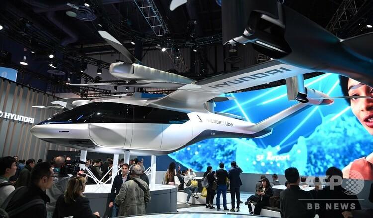 米ネバダ州ラスベガスの国際コンシューマー・エレクトロニクス・ショー(CES)で、現代(ヒュンダイ)自動車が公開した空飛ぶタクシー向けの電動・垂直離着陸(VTOL)機「S-A1」(2020年1月7日撮影)。(c)Robyn Beck / AFP