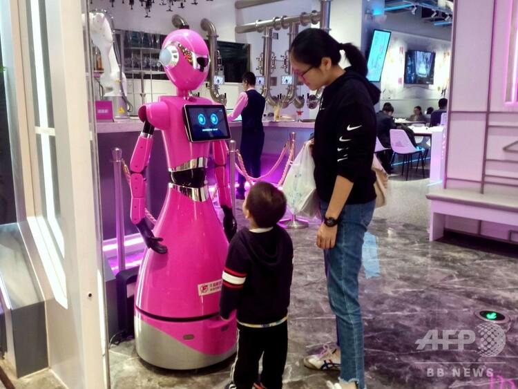 ロボット・レストラン「Foodom」の案内ロボット(2020年1月14日撮影)。(c)CNS/許青青