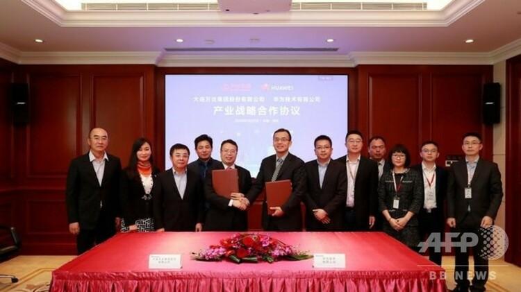 中国・深センで5G産業戦略協定に署名したファーウェイと万達集団(2020年1月22日撮影)。(c)CNS