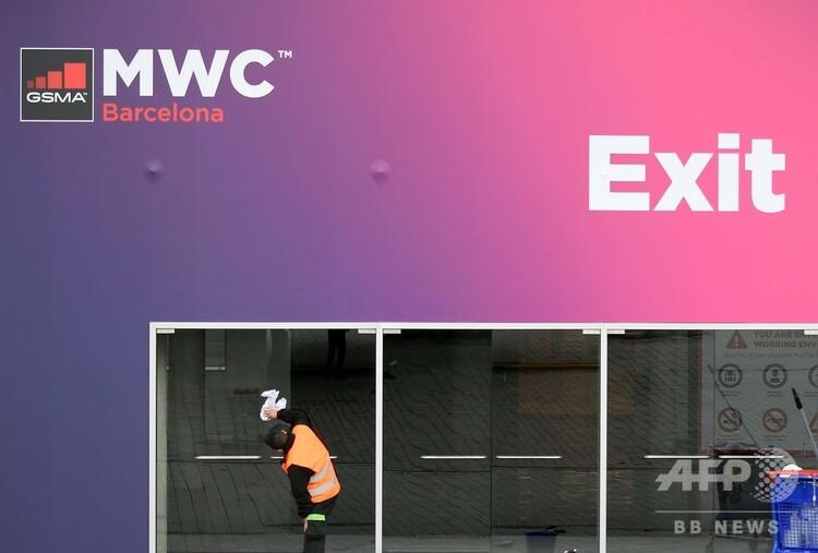 スペイン・バルセロナの、世界最大規模の携帯通信関連展示会「モバイル・ワールド・コングレス」会場で、ガラスを拭く作業員(2020年2月12日撮影)。(c)LLUIS GENE / AFP