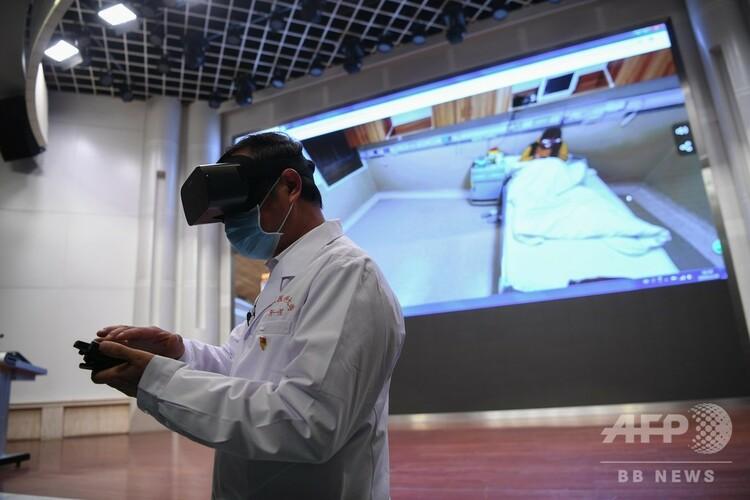 VRで病室をチェックする医師(2020年2月24日撮影)。(c)CNS/康平