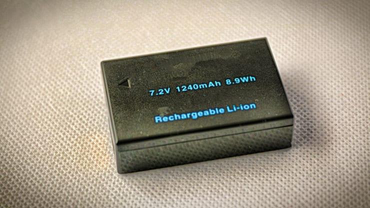 電子機器には欠かせないリチウムイオン電池(イメージ)