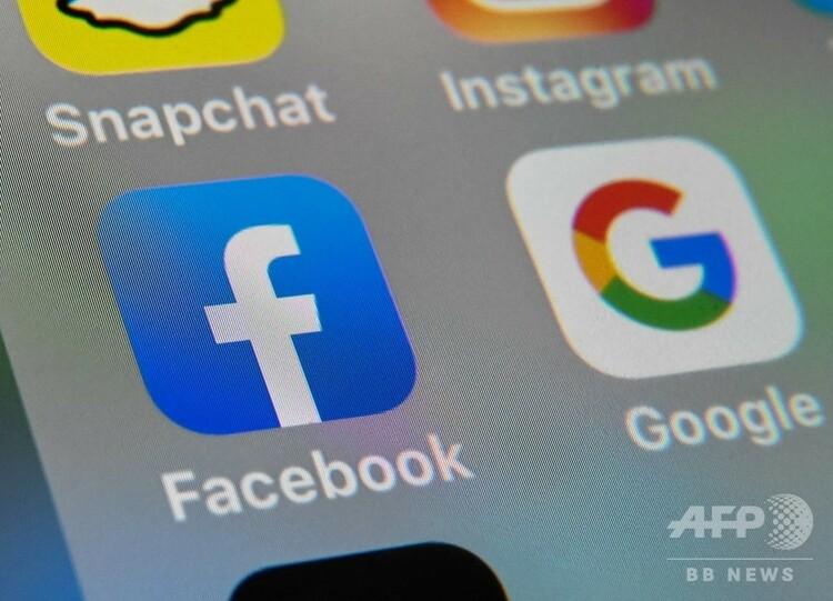 スマートフォンに表示された、フェイスブックとグーグルのロゴ(2019年10月1日撮影、資料写真)。(c)DENIS CHARLET / AFP
