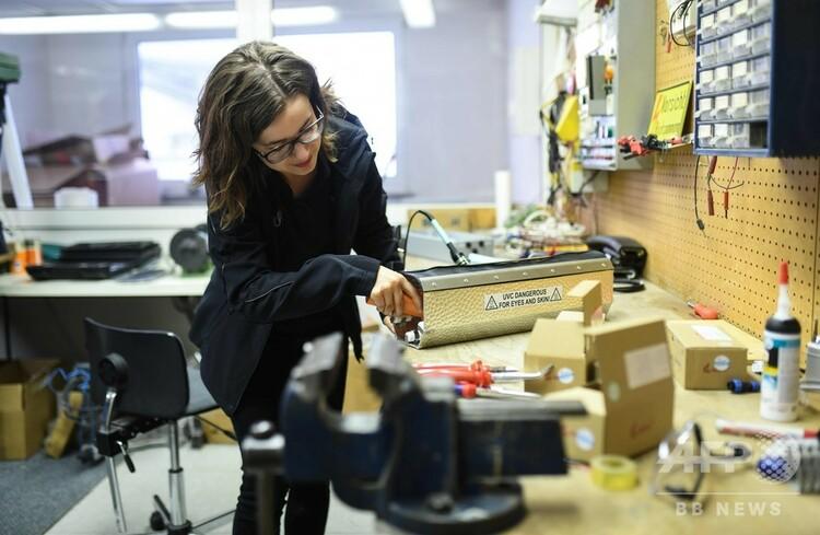 ドイツ・ケルンのUVISの作業場でモジュールのテストを行うカタリナ・オブラーデンさん(2020年4月22日撮影)。(c)Ina FASSBENDER / AFP