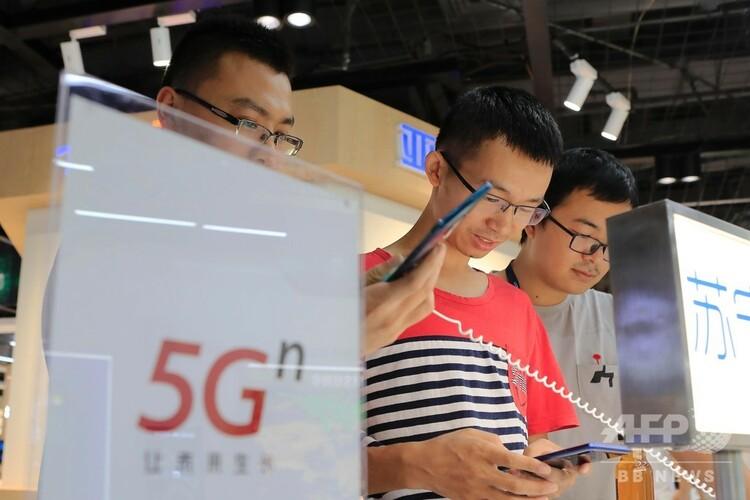 5Gスマホの機能を体験する顧客(2019年8月5日撮影、資料写真)。(c)CNS/殷立勤