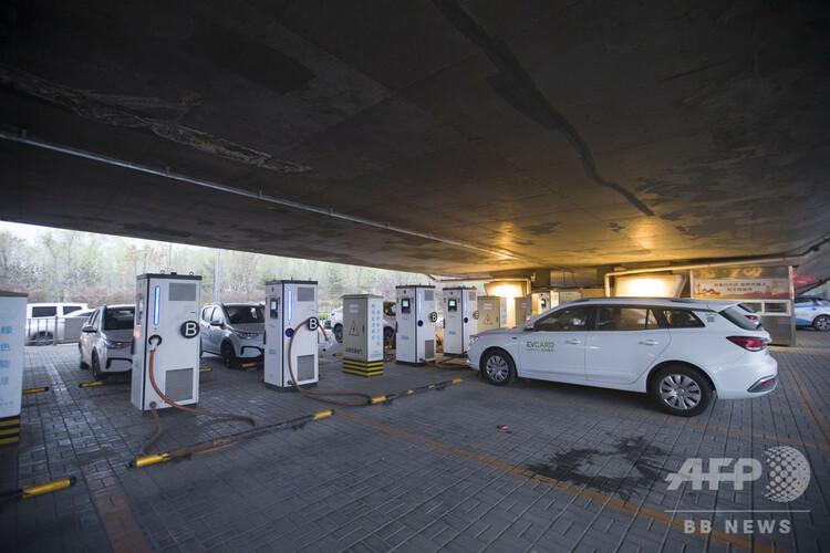 山西省太原市にある電気自動車の充電ステーション(2020年4月9日撮影)。(c)CNS/張雲