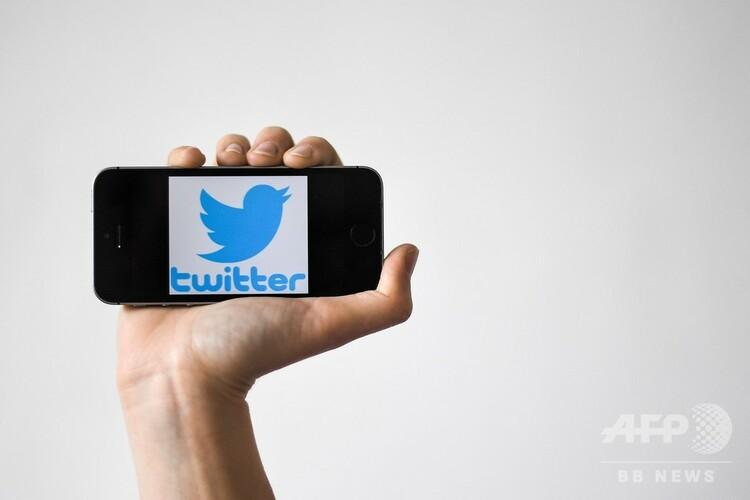 スマートフォンの画面に表示されたツイッターのロゴ(2019年5月2日撮影、資料写真)。(c)LOIC VENANCE / AFP