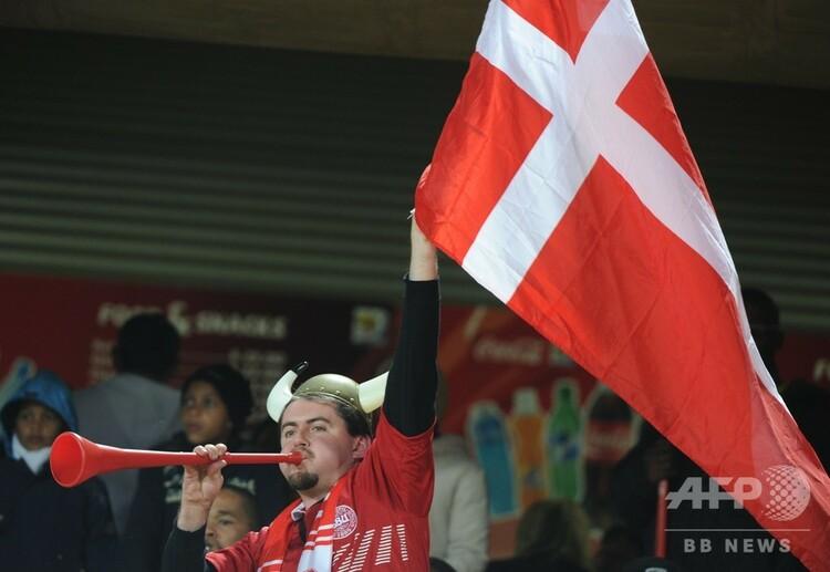デンマークの国旗を掲げるファン(2010年6月24日撮影、資料写真)。(c)GABRIEL BOUYS / AFP