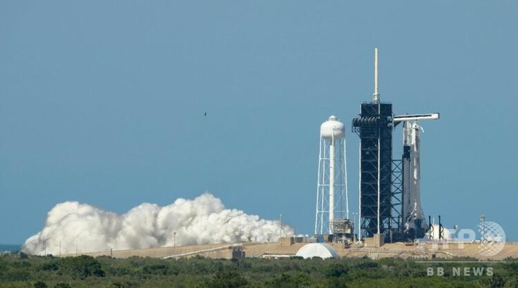 米フロリダ州ケネディ宇宙センターにある発射台「39A」で行われた、宇宙船「クルー・ドラゴン」を搭載したスペースXのロケット「ファルコン9」の短時間のエンジン点火試験の様子。米航空宇宙局(NASA)提供(2020年5月22日撮影、同日提供)。(c)AFP PHOTO / NASA / BILL INGALLS
