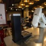 ロボット・バーテンダー、対人接触なしでビール提供 スペイン