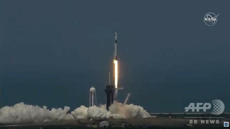 米フロリダ州ケネディ宇宙センターから宇宙開発企業スペースXの宇宙船「クルードラゴン」を乗せ打ち上げられたファルコン9ロケット。NASA TVの映像より(2020年5月30日撮影)。(c)AFP PHOTO / NASA TV
