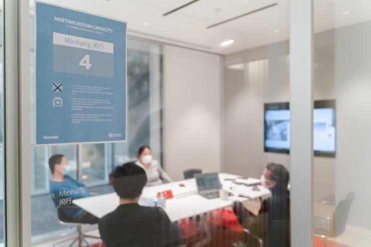 会議室のドアには、入室出来る人数制限が明示されている(中国/ゲンスラー提供)