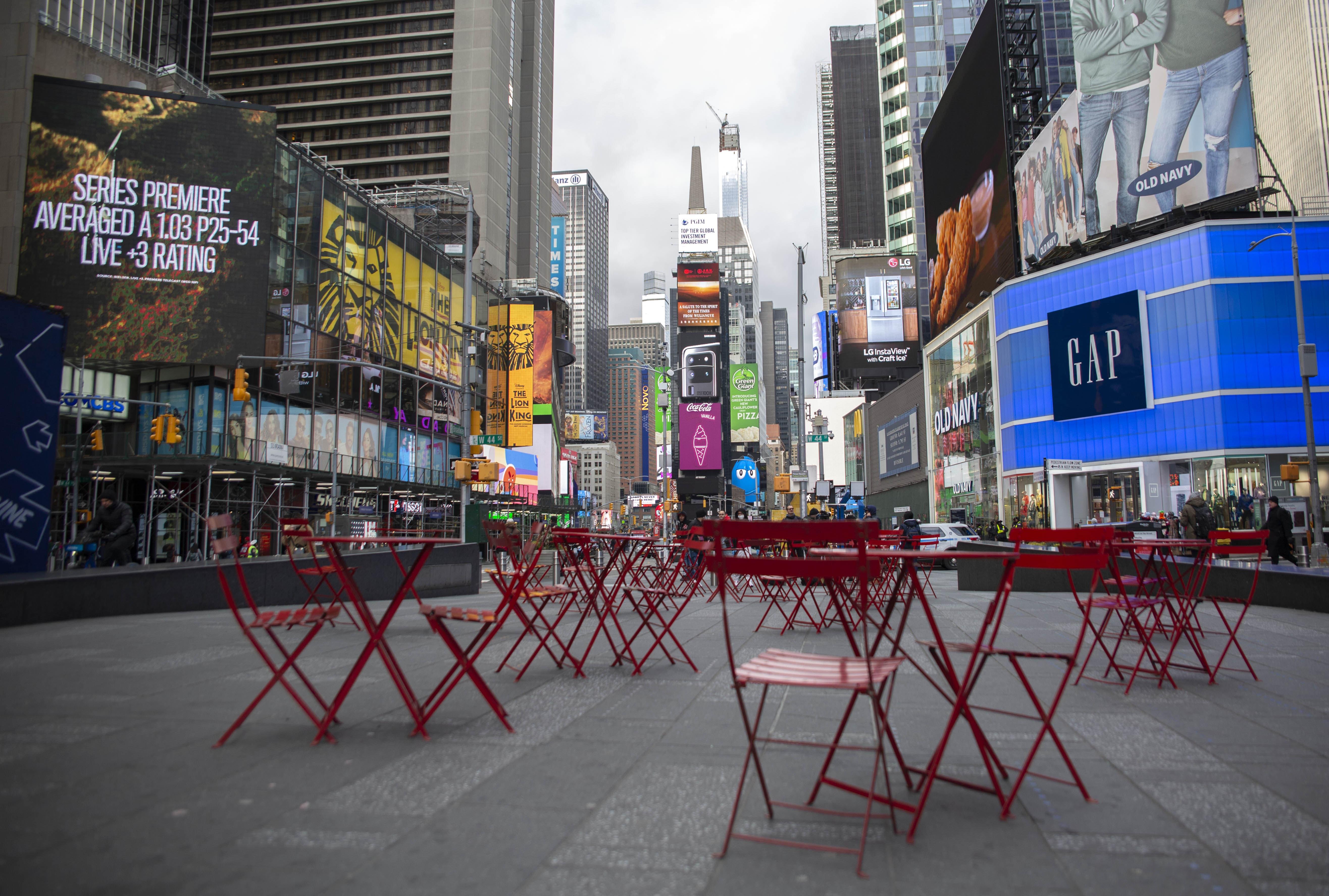 ほぼ無人と化したニューヨークのタイムズスクエア。従来の構造の都市では、パンデミック化で都市活動を継続するのは至難だ。感染爆発が顕著となった3月16日に撮影(撮影・新垣謙太郎)