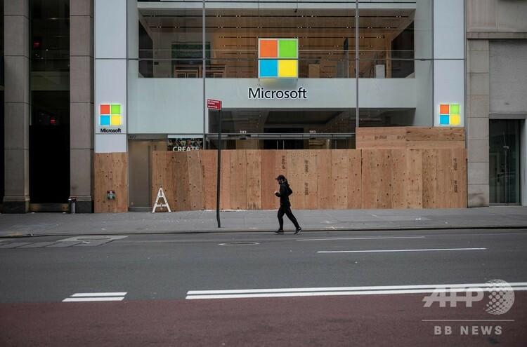 アフリカ系米国人ジョージ・フロイドさんが警官に拘束されて死亡したことに抗議するデモの中に略奪され、店の正面に板を打ち付けられた米ニューヨーク・マンハッタンにある米IT大手マイクロソフトの店舗(2020年6月2日撮影)。(c)Johannes EISELE / AFP