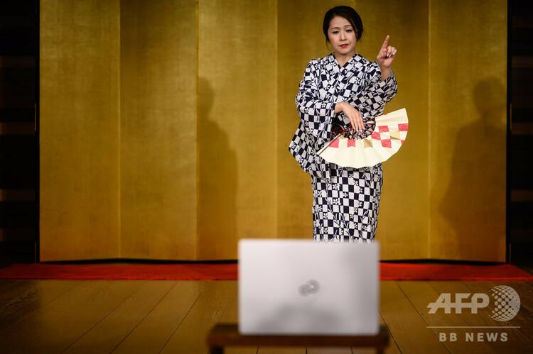オンライン芸者飲み会で舞を披露する茶々さん。神奈川県箱根にて(2020年6月13日撮影)。(c)Philip FONG / AFP