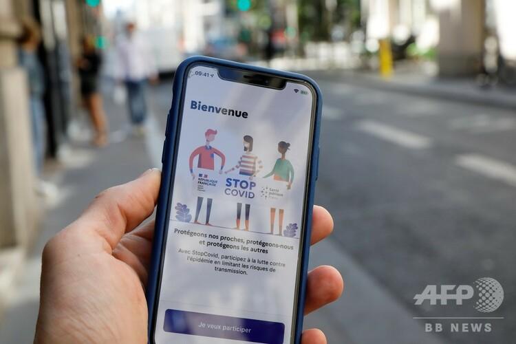 仏政府の支援で開発された新型コロナウイルス感染者の接触者追跡アプリ「StopCovid」を映し出す携帯電話。仏パリで(2020年5月27日撮影)。(c)Thomas SAMSON / AFP