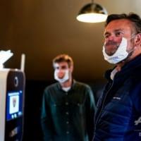 マスクに「笑顔」を印刷、ロックダウン一部解除のベルギー