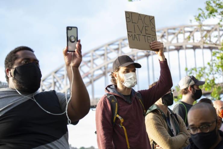 スマホでデモの様子を撮影する市民(撮影/新垣謙太郎=ニューヨーク市)