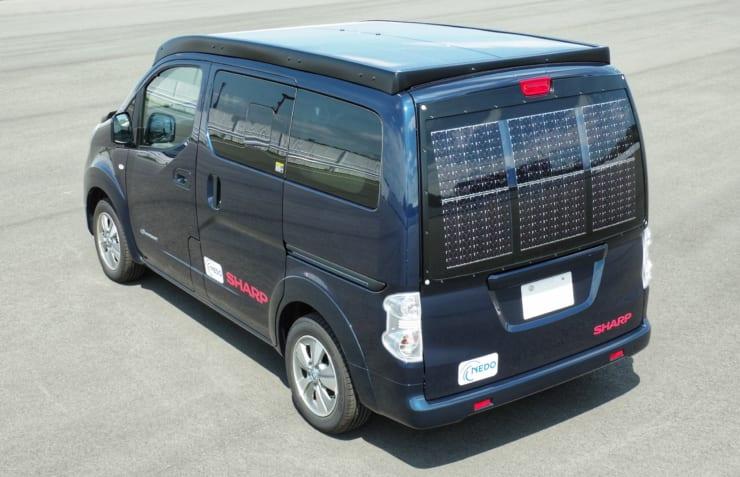 1kW超の太陽電池パネルを搭載した電気自動車「e-NV200」(車体全景 リア)
