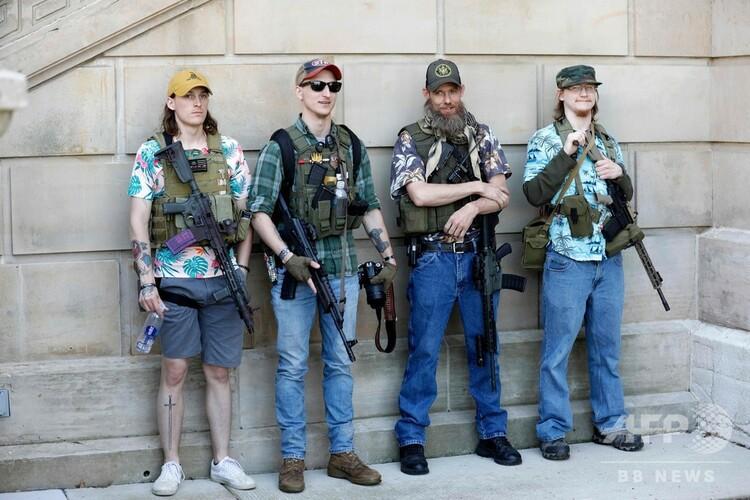 米ミシガン州の州都ランシングで武装してデモをする人たち(2020年5月20日撮影、資料写真)。(c)JEFF KOWALSKY / AFP