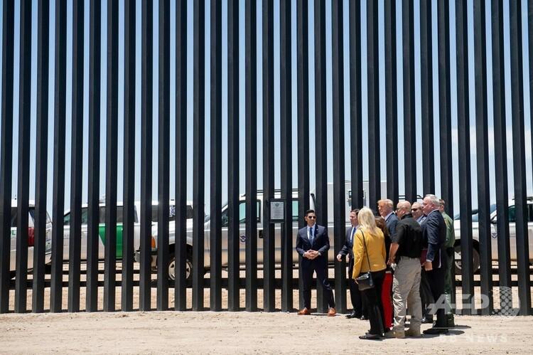 米アリゾナ州サンルイスで、米メキシコ国境に建設した壁の総延長が200マイルに達したことを記念する式典に参加したドナルド・トランプ大統領(2020年6月23日撮影)。(c)SAUL LOEB / AFP