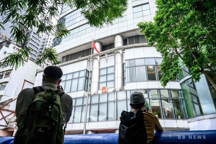 香港に設置された治安機関「国家安全維持公署」の前で写真を撮る記者たち(2020年7月8日撮影、資料写真)。(c)Anthony WALLACE / AFP