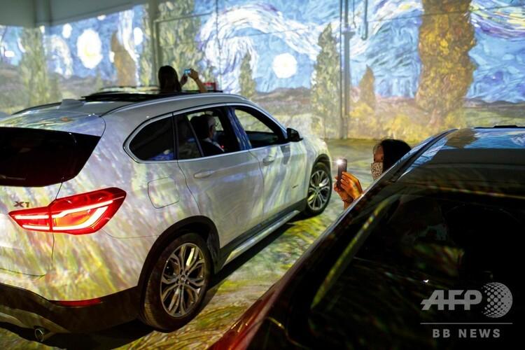 カナダ・トロントで開催中のゴッホのデジタル美術展に設けられたドライブイン方式の会場(2020年7月3日撮影)。(c)Cole BURSTON / AFP