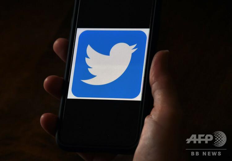 携帯電話の画面に表示されたツイッターのロゴ(2020年5月27日撮影、資料写真)。(c)Olivier DOULIERY / AFP