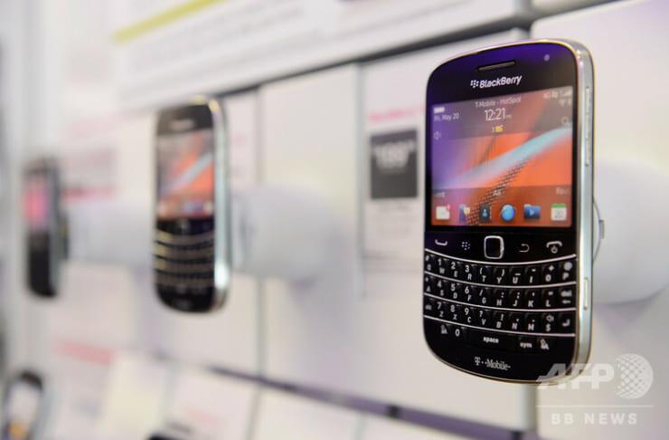 (2012年6月28日撮影、資料写真)米カリフォルニア州ロサンゼルスの店舗に展示されたブラックベリーの4G対応スマートフォン。(c)KEVORK DJANSEZIAN : GETTY IMAGES NORTH AMERICA : AFP
