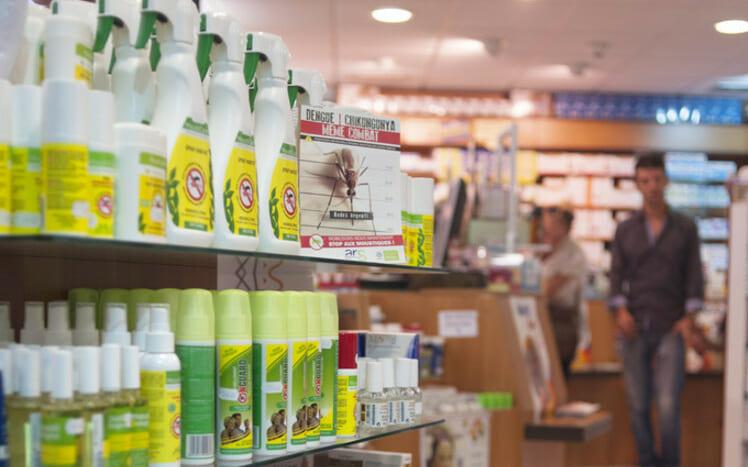 薬局で販売されている虫よけスプレー(2014年7月10日撮影、資料写真)。(c)NICOLAS DERNE / AFP