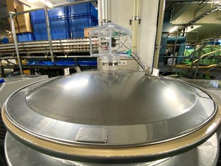吉乃川株式会社の酒づくりで使われるタンク上部に設置した「嗅覚IoTセンサー」(においセンサ:吉乃川提供)