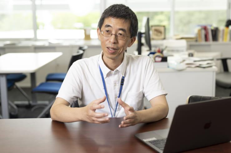 材料データをめぐる世界情勢について解説する出村氏