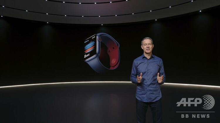 米カリフォルニア州クパチーノで行われたアップルの発表会で、「アップルウオッチ・シリーズ6」と「アップルウオッチSE」を発表するジェフ・ウィリアムズ最高執行責任者(COO)。同社提供(2020年9月15日撮影)。(c)AFP PHOTO /APPLE Inc.