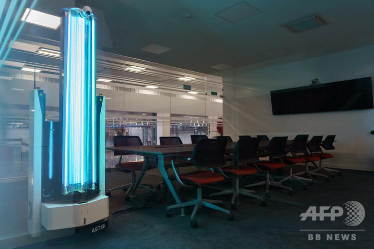 スペイン北部のブルゴス近郊で、紫外線C波(UVC)で部屋を消毒するロボット(2020年5月12日撮影、資料写真)。(c)CESAR MANSO / AFP