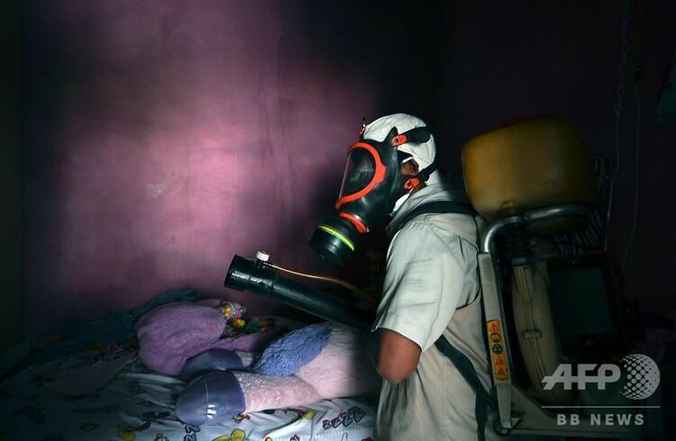 グアテマラの首都グアテマラ市の家屋で、ネッタイシマカの駆除を行う保健当局の職員(2020年9月1日撮影、資料写真)。(c)JOHAN ORDONEZ / AFP