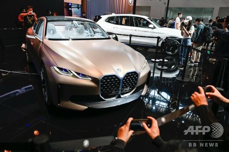 中国・北京で開催中の北京モーターショーに出展されたBMWのコンセプトカー「i4」(2020年9月26日撮影)。(c) WANG Zhao / AFP