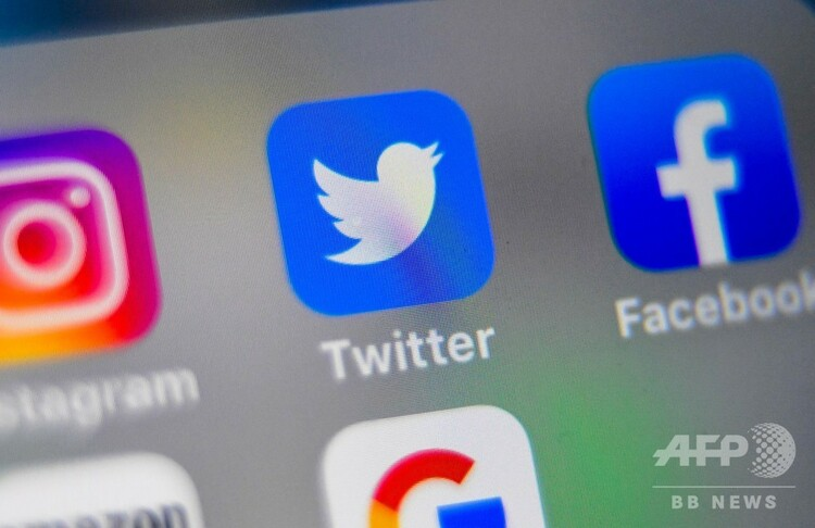 スマートフォンの画面に表示されたフェイスブックやツイッターのアイコン(2019年9月4日撮影)。(c)Denis Charlet / AFP