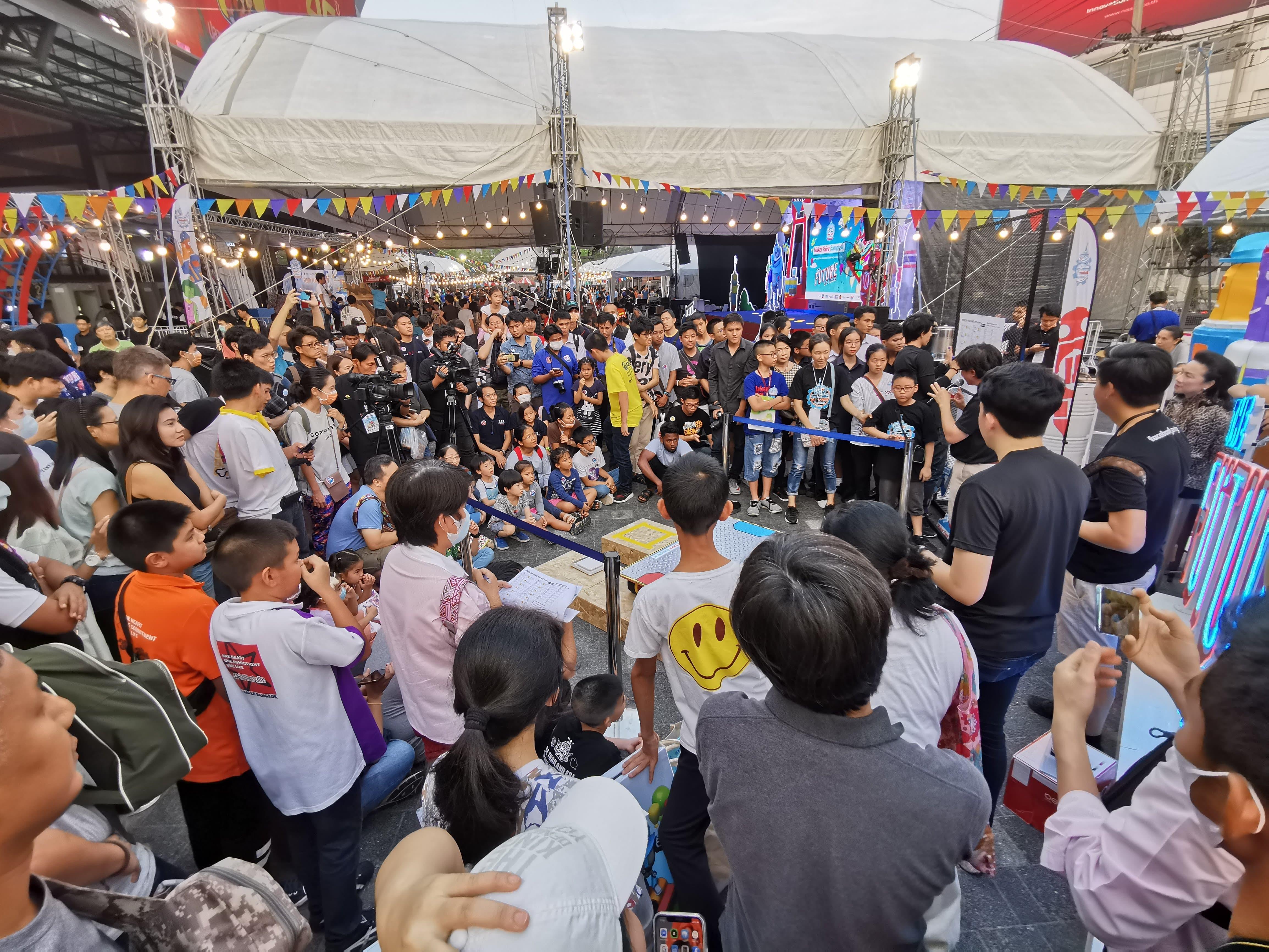 自作ロボット同士の相撲コンテストに群がるタイの子どもたち。IT教育を支えるスタートアップがタイで伸びつつある。