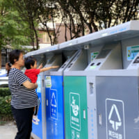 中国の住宅街で広まる「顔認証ごみ箱」 不法投棄防ぎ、住民にはポイントも