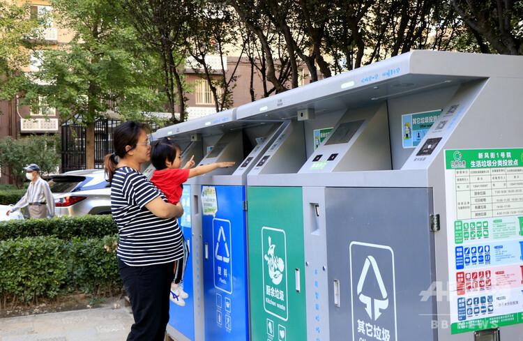 顔認証ごみ箱にごみを捨てる住民(2020年9月19日撮影)。(c)CNS:牛雲岡