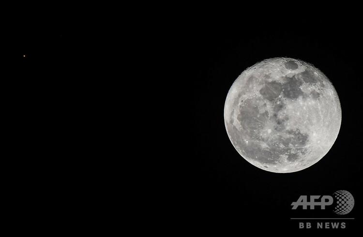パナマの首都パナマ市で観測された月(2020年10月2日撮影、資料写真)。(c)Luis Acosta : AFP