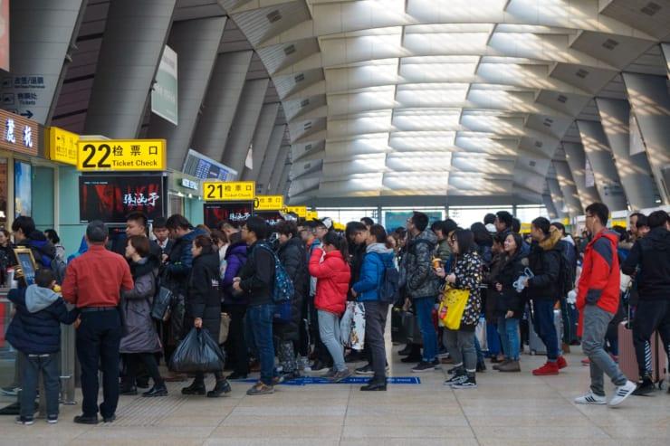 旅客で混雑する駅改札